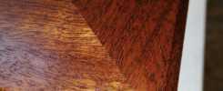 Detailaufnahme: Ecke (auf Gehrung, gefast) eines Bilderrahmens aus recyceltem Mahagoni (alte Kirchenbänke)